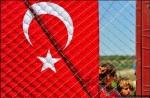 كما ورد في تقارير جستين فيلاJustin Vela للفورين بوليسي Foreign Policy ، يعيش السوريون في مخيمات اللاجئين على الحدود التركية السورية في حالة من النسيان - تحت رحمة السلطات التركية، وفي قلق متزايد من تزايد الحرب الطائفية في بلادهم. منذ بداية الاحتجاجات ضد الرئيس بشار الأسد من عام مضى، أكثر من 11 ألف سوري وجدوا طريقهم إلى تركيا، بينما تدفق بعض اللاجئين نحو لبنان والأردن - وأكثر من 7500 شخص خسروا حياتهم. لكن بدلاً من الترحيب بهم، فإن العديد من اللاجئين وجدوا أن مضيفيهم غير مستعدين وحذرين من نشوء فوضى عبر حدودهم. في الأعلى، أطفال سوريون لاجئون يقفون خلف السياج في 18 يونيو/ حزيران 2011، لدى الهلال الأحمر التركي في مخيم Boynuyogun في محافظة جنوب شرقي تركيا تدعى Hatay، بالقرب من الحدود التركية.