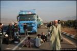لاجئ سوري يقطع الطريق السريع في 5 ديسمبر/ كانون الأول خلال مظاهرة بالقرب من القرية الحدودية التركية Reyhanli بعد طرد السلطات التركية اثنين من اللاجئين السوريين.