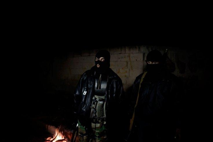 أحد عناصر الجيش السوري الحر يقومون بالحراسة ليلاً في بلدة القصير، 23 كانون الثاني /يناير 2012