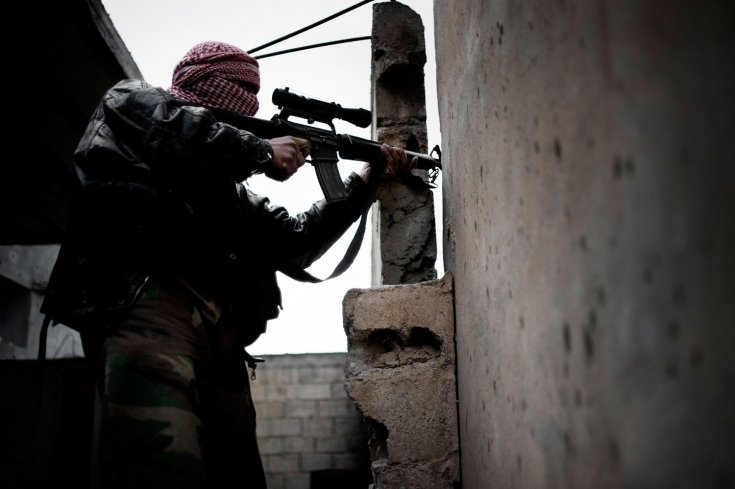 أحد عناصر الجيش السوري الحر يطلق النار على الجيش السوري في بلدة القصير 24 كانون الثاني/يناير 2012