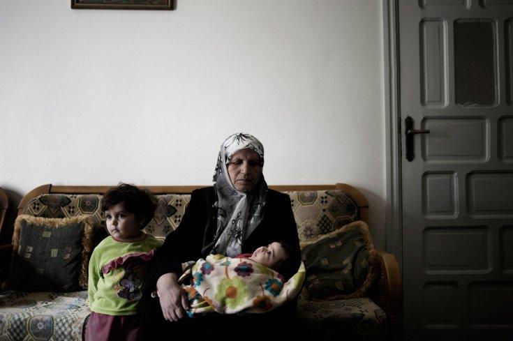 أم وأبناء طلال يثرب الزهوري، الذي قتل في 29 أيلول 2011 على يد الجيش السوري عندما كان في أطراف بلدة القصير 24 كانون الثاني /يناير 2012