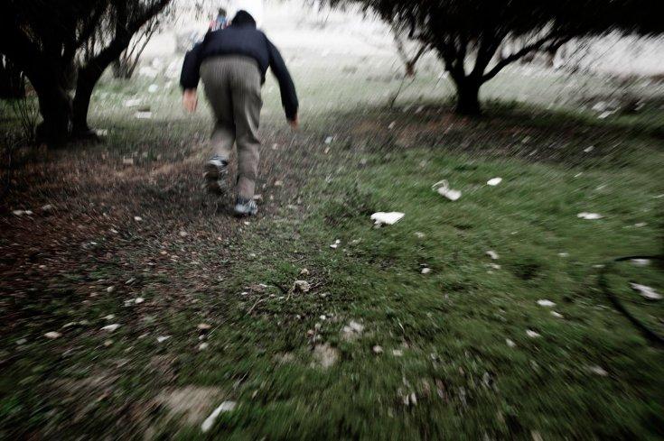 رجل يهرب من قناصة الجيش السوري في بلدة القصير 25 كانون الثاني/يناير 2012