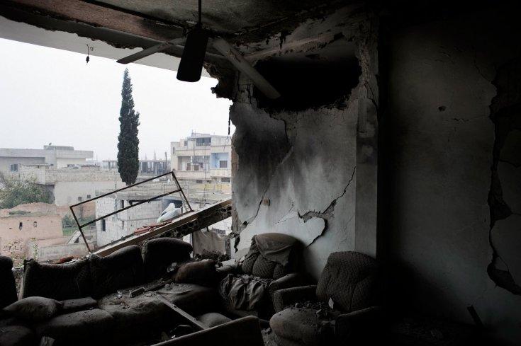 منزل مهدم في قصف لمدرعات الجيس السوري في بلدة القصير 25 كانون الثاني /يناير 2012