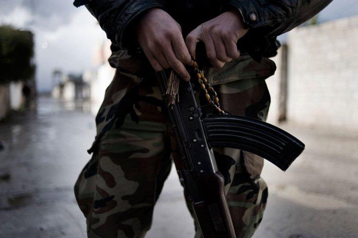 أحد عناصر الجيش السوري الحر يحمل سلاح AK-47- 24 كانون الثاني/يناير 2012