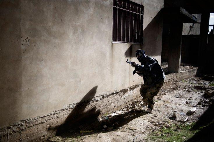 عنصر من عناصر الجيش السوري الحر يشارك في عملية هجومية على الجيش السوري في بلدة القصير، وهي بلدة عدد سكانها 40,000 في جنوب غرب حمص. 27 كانون الثاني/يناير 2012