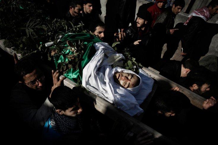 مشيعين بجنازة محمد باكور، وهو طفل يبلغ من العمر 14 عام أصيب على يد قناصة الجيش السوري في بلدة القصير 27 كانون الثاني/يناير 2012