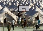 لاجئون سوريون يلعبون كرة السلة في مخيم للاجئين في بلدة Yayladagi التركية في 25 يونيو/ حزيران 2011. في 23 يونيو، اقتربت القوات السورية ودباباتهم إلى الحدود التركية، دافعة مئات الأشخاص إلى الفرار إلى تركيا.