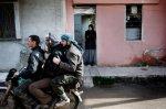 عناصر من الجيش السوري الحر يغيرون موقعهم في بلدة القصير 28 كانون الثاني/يناير 2012