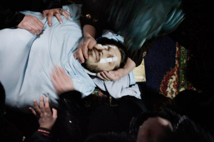 مشيعين بجنازة عاصم بدر واو، وهو شاب يبلغ من العمر 31 عام أصيب على يد قناصة الجيش السوري في بلدة القصير 31 كانون الثاني /يناير 2012