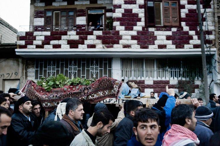 مشيعين بجنازة عاصم بدر واو، وهو شاب يبلغ من العمر 31 عام أصيب على يد قناصة الجيش السوري في بلدة القصير 31 كانون الثاني/يناير 2012