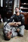 رجل سوري يمسك يد أخيه الجريح في منزل مستعمل كمشفى في بابا عمرو، أحد الأحياء الواقعة في جنوب حمص. 6 فبراير/ شباط 2012