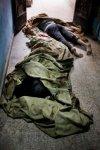 سوريون أموات في مدخل منزل مستعمل كمشفى في بابا عمرو. 6 شباط/فبراير 2012