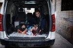 رجل سوري يمسك برأس شخص مصاب في مدخل منزل مستعمل كمشفى في بابا عمرو. 6 شباط/فبراير 2012