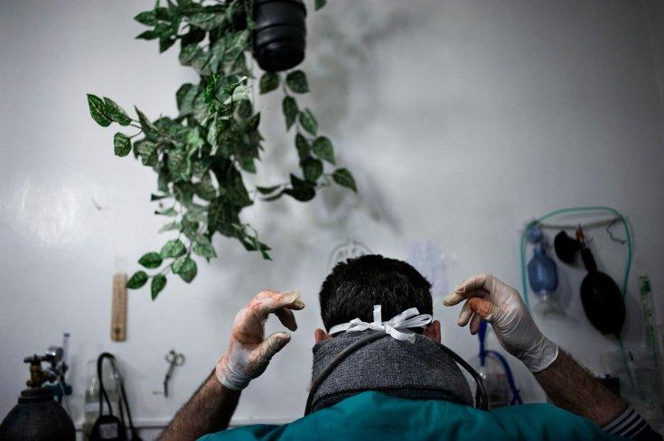 طبيب سوري يحضّر لإجراء عمليات جراحية للجرحى في منزل مستعمل كمشفى في بابا عمرو. 6 شباط/فبراير 2012
