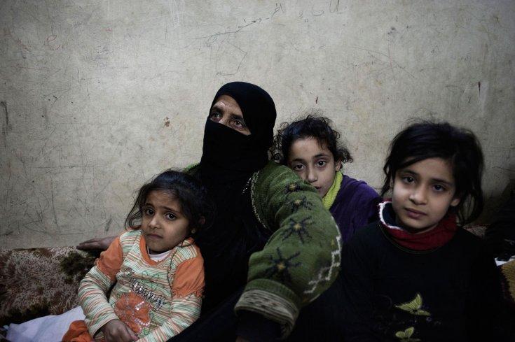 عائلات تبحث عن ملجأ هرباً من القصف الصاروخي في بابا عمرو. 6 شباط/فبراير 2012