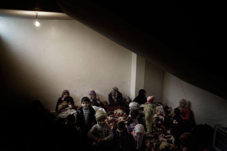 نساء نازحات يبحثن عن ملجأ هرباً من القصف في بابا عمرو. 7 شباط /فبراير 2012
