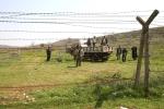 1- نشاهد لاجئين سوريين من خلال سلك شائك، وهم يصلون إلى الحدود بين سوريا وتركيا، قرب Reyhanli، مقاطعة Hatay ، يوم 27 آذار/ مارس. تدفق اللاجئون على الحدود التركية جراء قمع الرئيس السوري بشار الأسد الوحشي للمعارضة، والذي أودى بحياة 9,100 شخص منذ آذار/ مارس 2011 حسب مراقبين، ويقول مسؤولون إن العدد الحالي تجاوز 17,000 لاجئ. (آدم ألتان Adem Altan ،  AFP)