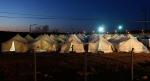 - طفل سوري لاجئ يدخل خيمته في مخيم Reyhanli  للاجئين في مقاطعة Hatay  على الحدود التركية - السورية في وقت متأخر من يوم 17 آذار/مارس. ارتفع عدد السوريين الذين عبروا الحدود خلال الأسابيع القليلة الماضية بشكل مأساوي، ما يقارب 200 إلى 300 شخص، يصلون إلى تركيا كل يوم. هذا الأسبوع وصل 1000 لاجئ خلال 24 ساعة فقط، وهو الرقم الأعلى حتى الآن منذ الدفعة الأولى للاجئين الصيف الماضي. يعيش الآن حوالي  15,000لاجئ سوري مسجل في مخيمات داخل تركيا، مشكليّن تقريباً نصف عدد الأشخاص الذين قدرتهم الأمم المتحدة بـ 34,000 نازح من سوريا منذ بداية النزاع قبل عام. (مراد سيزر Murad Sezer/ رويترز).