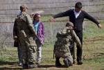 4- جندي تركي يفتش لاجئاً سورياً على معبر حدودي قرب Reyhanli في تركيا يوم 20 آذار/ مارس. يبلغ عدد اللاجئين السوريين في المخيمات الحدودية في تركيا الآن حوالي 17,000 لاجئ. (برهان أوزبيليجي  Burhan Ozbilici/ أسوشييتد برس).