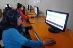 11- لاجئون سوريون أطفال يستخدمون الكومبيوتر خلال حصة دراسية في مخيم للاجئين في Yayladagi يوم 26 آذار/ مارس. تشكل تركيا ملجأً لعدد متزايد من اللاجئين السوريين الفارين من الاضطرابات العنيفة التي امتدت لأكثر من عام. قال مسؤولون إن العدد الإجمالي قد تجاوز 17,000 بقليل، بينهم حوالي  9,500في الشهرين الماضيين فقط. (آدم ألتان Adem Altan / AFP).