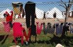 13- غسيل منشور على السياج في مخيم Reyhanli للاجئين في مقاطعة Hatay  على الحدود التركية السورية يوم 19 آذار/ مارس. (مراد سيزر Murad Sezer/ رويترز).