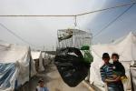 15- لاجئون سوريون أطفال ينظرون إلى طائر في قفص في مخيم للهلال الأحمر في قرية Boynuyogun  في مقاطعة Hatay  يوم 25 آذار/ مارس. يضم مخيم Boynuyogun  حوالي 2000 لاجئ سوري يسكنون في 600 خيمة هاربين من الاضطرابات التي استمرت لأكثر من عام، حيث يقول مسؤولون بأن العدد الإجمالي للأشخاص الذين فروا من سوريا