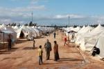 17- لاجئون سوريون يتجولون في مخيم Reyhanli  للاجئين في مقاطعة Hatay  على الحدود التركية السورية يوم 15 آذار/ مارس. قال مسؤولون أتراك يوم الخميس إن هجمات الحكومة على شمال غرب سوريا أدت إلى زيادة تدفق اللاجئين إلى تركيا بشكل كبير، حيث عبر الحدود حوالي ألف شخص خلال الـ 24 ساعة الماضية. صرح مسؤول تركي أنه من المتوقع ارتفاع عدد الفارين طالما استمر القتال حول مدينة إدلب، القريبة من الحدود التركية، ولكنه امتنع عن التصريح عن العدد الذي تتوقع تركيا استقباله. (جوناثان برخ Jonathon Burch/رويترز).