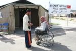 18- لاجئ سوري على كرسي متحرك ينتظر خارج المشفى الميداني في مخيم الهلال الأحمر في قريةBoynuyogun في مقاطعة Hatay يوم 25 آذار/مارس. يضم مخيم Boynuyogun  حوالي 2000 لاجئ سوري يسكنون في 600 خيمة كانوا قد فروا من الاضطرابات التي استمرت لأكثر من عام ويصرح مسؤولون بأن العدد الإجمالي للفارين من سوريا قد تجاوز 17,000 بقليل. (آدم ألتان Adem Altan / AFP).