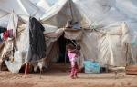 19- لاجئون سوريون أطفال يقفون خارج خيمتهم في مخيمReyhanli  للاجئين في مقاطعة Hatay  على الحدود التركية السورية يوم 15 آذار/ مارس. (جوناثان برخ Jonathon Burch / رويترز).