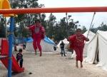 20- لاجئون سوريون أطفال يلعبون على المراجيح في مخيم للاجئين في Yayladagi  يوم 26 آذار/ مارس. تأوي تركيا أعداداً متزايدة من اللاجئين السوريين الفارين من الاضطرابات التي استمرت لأكثر من عام في جوارها. يقول مسؤولون إن العدد الإجمالي قد تجاوز 17,000 بقليل، بينهم 9,500 خلال الشهرين الماضيين فقط. (آدم ألتان Adam Altan / AFP).