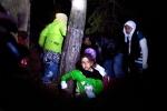 22- لاجئون سوريون يسيرون عبر الغابات تساعدهم قوات من الجيش الحر، وهم يحاولون عبور الحدود السورية الشمالية الغربية لسوريا المجاورة لتركيا يوم 18 آذار/مارس، بعد عام على اندلاع ثورة ضد نظام الرئيس السوري بشار الأسد. (جرجس موتافيس  Giorgos Moutafis/ AFP).