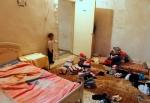 28- لاجئ هرب مع عائلته من العنف في سوريا، يقف في منزله المؤقت خلال زيارة لوفد فرنسي إلى طرابلس في شمال لبنان يوم 14 آذار/ مارس. (عمر إبراهيم/رويترز).
