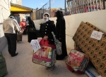 29- لاجئون سوريون يستلمون أغطية من منظمة خيرية قطرية في عمان، الأردن، يوم 17 آذار/مارس. (علي جاركجي Ali Jarekji /رويترز).