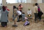 32- لاجئون سوريون يصلون إلى قرية القاع في شمال لبنان يوم 4 آذار/ مارس. يعبر الحدود الشمالية للبنان حوالي 2000 لاجئ هاربين من العنف في سوريا، حسب ناطق رسمي للأمم المتحدة. (عفيف دياب/رويترز).
