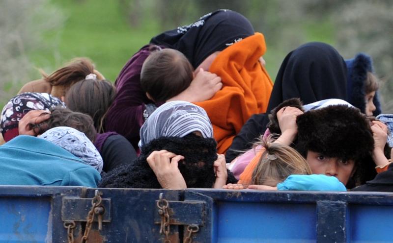 7- لاجئون سوريون يخفون وجوههم عند وصولهم قرب الحدود بين سوريا وتركيا فيReyhanli  في أنطاكيا يوم 15 آذار/ مارس. قال مسؤولون أتراك اليوم إن حوالي 1000 لاجئ سوري بينهم لواء منشق عبروا الحدود إلى تركيا خلال 24 ساعة، مجتازين بشجاعة ألغاماً أرضية وضعتها القوات السورية لإيقافهم. بينما حذر رئيس الهلال الأحمر التركي من احتمال وصول أعداد السوريين الواصلين إلى تركيا إلى نصف مليون إذا استمر نظام الرئيس بشار الأسد بقمع المعارضة الذي استمر لعام. (بالينت كيليك Bulent Kilic / AFP).