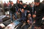 خلال وقف مؤقت لإطلاق النار، سمح جيش النظام للقرويين بتفقد هويات القتلى وأخذ موتاهم. المئات من الجثث كانت داخل أحد المساجد الذي تعرض للتدمير اثناء حصار استمر يومين. 5 نيسان/ابريل