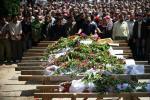 أهل المنطقة مجتمعين للمشاركة في تشييع 13 شهيداً سقطوا في هجوم شنته قوات النظام على القصير في 31 آيار/مايو.