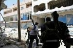 مقاتلي الجيش السوري الحر أثناء محاولة قوات النظام اقتحام القصير في 13 آيار/مايو