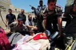 مجموعة من جنود الجيش السوري الحر الذين جرحوا وقتلوا في معركة في البرهانية –حمص. وقد وضع الجرحى في باحة احد المنازل ليقوم أطباء وممرضين متطوعين في المشفى الميداني بمعالجتهم في 30 آيار/مايو.