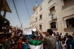 تنظم الاحتجاجات المناهضة للحكومة أسبوعياً في جميع أنحاء سوريا يوم الجمعة بعد صلاة الظهر. وتضم المظاهرات عادة قطاعاً عريضاً من القرويين، من ضمنهم العديد من الأطفال. بدأت الاحتجاجات السلمية في مارس/آذار 2011 واستمرت طوال الانتفاضة، على الرغم من تعرض أعداد كبيرة من الناس للقنص، لمجرد التظاهر. البشيرية، إدلب، سوريا.