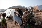 حلاق يعمل في خيمة في مخيم للنازحين السوريين في أطمة، محافظة إدلب. يعيش الآن حوالي 12،000 نازحاً في المخيم. 2/12/2012، أطمة، سوريا.