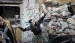 يلقي المقاتل النحيف قنبلة من خلف متراسه الرملي باتجاه الجنود. الشرر المتطاير من القنبلة يوحي أنها محليّة الصنع. بسبب نقص الإمدادات يعين المعارضون السوريون أنفسهم. تدور رحى معارك ضارية منذ أشهر بين مؤيدي النظام ومعارضيه في حلب، لا يستطيع فيها أي طرف أن يحقق النصر على حساب خصمه.