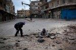 أحدث هذان المتمرّدان حفرة في الإسفلت، فيما يطلّ أحدهما منها. إنهما يريدان زرع لغمٍ فيها لينفجر تحت دبابة تابعة للجيش السوري, يطيّرها في الهواء.