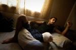 جندي مصاب من الجيش السوري، بترت ساقه في تركيا المجاورة (أنطاكية)، قبل إعادته إلى سوريا. محافظة إدلب في شمال غرب سوريا هي واحدة من المناطق القليلة في سوريا الواقعة حالياً تحت سيطرة الجيش السوري الحر، على الرغم من أن هذه السيطرة غير مكتملة ومتحولة دوماً. كورين، إدلب، سوريا.