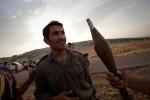 يتفقد جنود الجيش السوري ترساناتهم حيث يقومون بتمرير ال RPG من جندي لآخر. محافظة إدلب في شمال غرب سوريا هي واحدة من المناطق القليلة في سوريا الواقعة حاليا تحت سيطرة الجيش السوري الحر، على الرغم من أن هذه السيطرة غير مكتملة ومتحولة دوماً. ريف إدلب، سوريا. 16/06/2012.