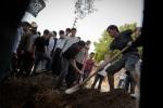 نُظمت جنازة جندي في الجيش السوري الحر في جنوب تركيا، بعد وفاته متأثراً بجروح أصيب بها خلال معركة مع الجيش السوري قرب اللاذقية. على الرغم من نقله إلى الحدود التركية، إلا أنه توفي لاحقاً في مستشفى في أنطاكية. يايلاداغي، تركيا. 08/06/2012.