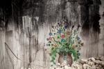 """لوحة على جدران منزل مدمر في بلدة ليج في محافظة إدلب شمال غرب سوريا. قصفت المنطقة بكثافة ودوهمت من قبل الجيش السوري وميليشيات """"الشبيحة"""" الموالية للحكومة في الأشهر الأخيرة."""