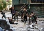 يواجه المتمرّدون الجيش السوري بمقلاع من صناعة محليّة. نظراً لافتقارهم إلى الأسلحة الثقيلة والذخيرة، يقومون بابتكارها. في حلب يقومون بإلقاء قنبلة محليّة الصنع على جنود بشار الأسدباستخدام المقلاع.