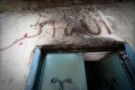 فوق باب منزل أحرق في هجوم قام به الجيش السوري مؤخراً قبل عدة أيام، كتبت عبارة (الله أكبر). ليج، محافظة إدلب، سوريا. 16/06/2012.