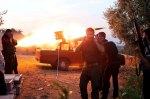 """نصب المتمرّدون منصّةً لإطلاق الصواريخ على سيارة """"بيك أب"""". وهو يصوّبون نيرانهم على موقع لجنود موالين للأسد في الشمال السوري بالقرب من مدينة حارم. من اين حصل الثوّار على الصواريخ: لا أحد يعرف. ربما غنموابعض الصواريخ من القوات المسلّحة السورية. لربما استطاعت بعض البلدان الداعمة للمعارضة أن تهرّب بضعة عشرات من الصواريخ باتجاه سوريا. ترفض الولايات المتحدة حتى الآن إعطاء المتمرّدين صواريخ أرض جو."""